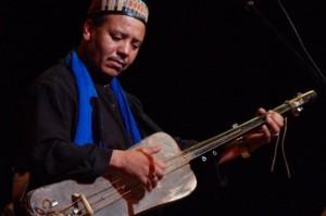 Majid Bekkas amazighnet.com gnaoui soufi 300x199 Majid Bekkas reçoit ce mercredi le trophé ALPHARABI