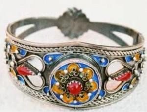 bijoux kabyle 300x229 Bagues amazigh : bracelets et bijoux kabyls  Video Ath Yenni